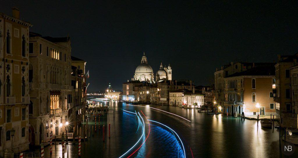 Puente de la academia de Venecia de noche