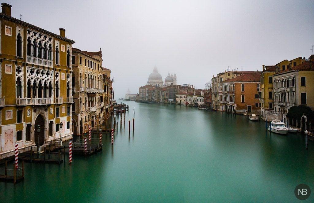 Desde el puente de la Academia, Venecia se despierta cubierta po