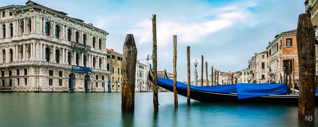 Gondolas en el gran canal de Venecia